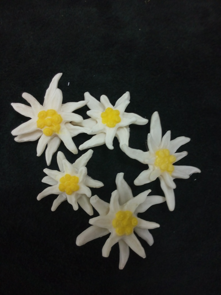 Insigna / brosa Floare de Colt   Articol Handmade confectionat din acrilat, material ce nu provoaca alergii. pret: 12 lei